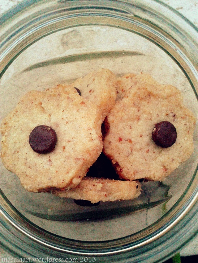 almond shortbread cookie with chocolate chips